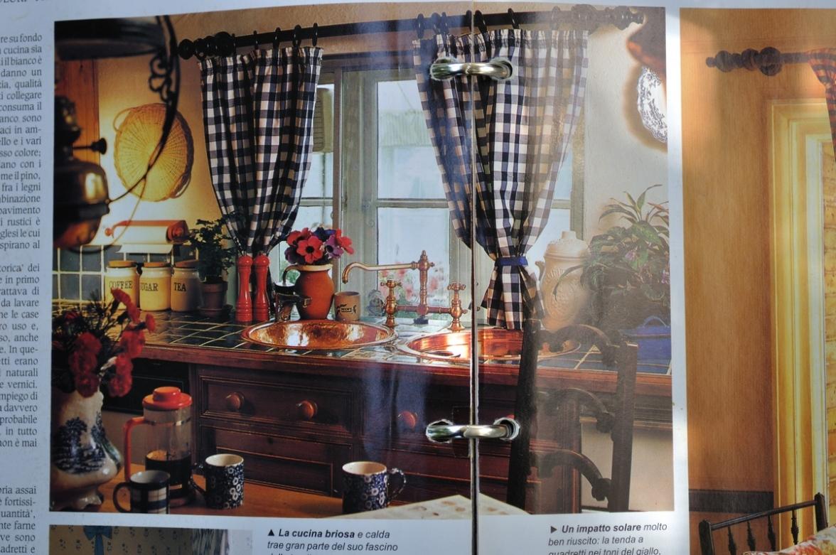 011 arredare country vol1 cucina con tende bianco azzurre e lavello in rame giardinaggio - Tende in cucina ...